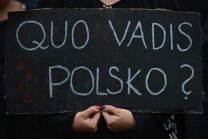 """""""Où vas-tu, Pologne?"""" Écriteau brandi par une jeune fille, lors de la manifestation des femmes contre le projet d'interdiction totale de l'avortement, lundi 3 octobre 2016, à Cracovie."""