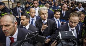 Geert Wilders entouré de ses barbouzes. Le leader du PVV entretient le flamme de la xénophobie, de l'islmaophobie et du nationalisme refusant l'Europe.