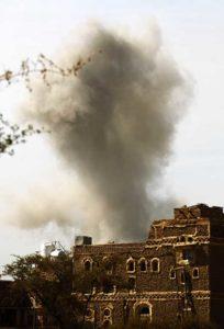 Le ciel de la capitale yéménite, Sanaa, après un raid de la coalition menée par la Saoudiens, le 22 janvier 2017. © Mohammed Huwais/AFP
