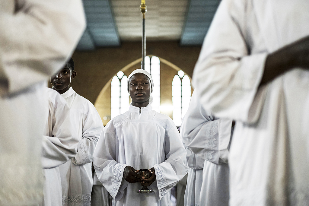 Young acolytes take part in a Catholic mass in Kinshasa on September 21, 2016 to mourn the victims of the violent clashes of the last few days. - Two days of violence in Kinshasa left over 100 people dead, the Democratic Republic of Congo opposition said on September 21, their figure more than tripling the police toll. Police in DR Congo said earlier that 32 people had been killed during the clashes in the capital on Monday and Tuesday, as security forces brought a wave of violence and looting to an end. (Photo by EDUARDO SOTERAS / AFP)