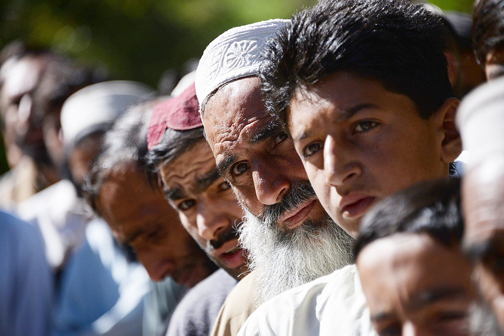 Pakistani earthquake survivors queue for relief aid a distribution center in the quake-hit Shangla district of Khyber Pakhtunkhwa province on October 30, 2015. The powerful 7.5-magnitude earthquake that struck on October 26 ripped across Afghanistan and Pakistan, killing nearly 390 people and levelling thousands of homes, forcing many to camp out in the open. AFP PHOTO / SAJJAD QAYYUM (Photo by SAJJAD QAYYUM / AFP)
