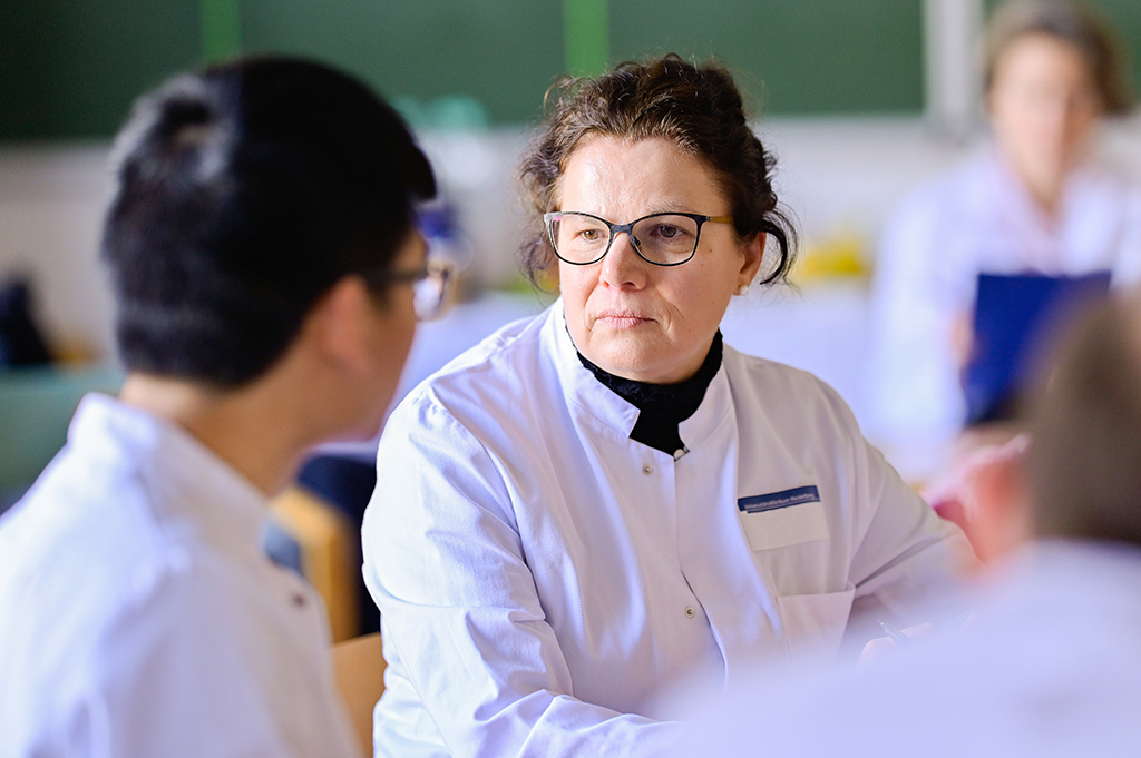 """20 February 2019, Baden-Wuerttemberg, Heidelberg: Jana Jünger, Director at the Mainz Institute for Medical and Pharmaceutical Examination Questions, takes part in an oral examination in surgery at the Heidelberg University Hospital. With the Master Plan for Medical Studies 2020, the universities are breaking new ground - the newly designed physician examination will be presented to the public for the first time at the University Hospital of Heidelberg. (to dpa announcement: """"Trial run for new physician examination at Heidelberg University Hospital"""" from 20.02.2019) Photo: Uwe Anspach/dpa"""