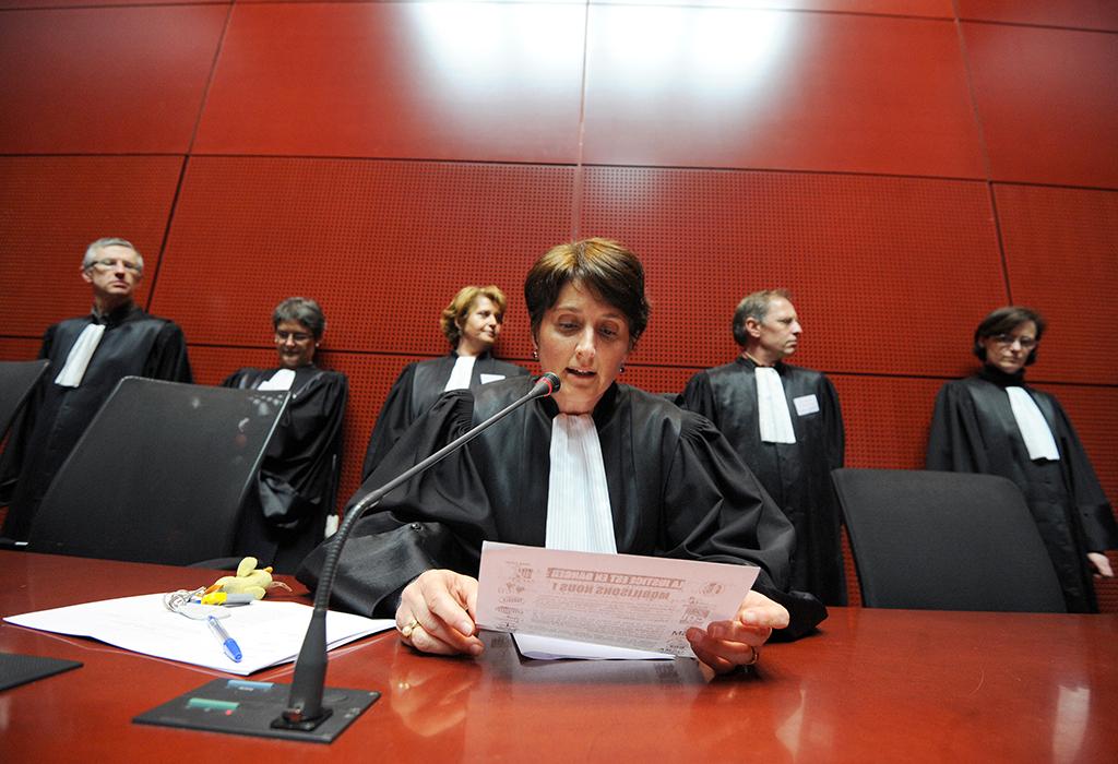 """Une juge lit une motion et annonce un renvoi d'audience, le 29 mars 2011, au Palais de Justice de Nantes dans le cadre d'une journée nationale de mobilisation des professionnels de la justice pour réclamer des moyens """"dignes d'une grande démocratie européenne"""". Les magistrats nantais, suivis par l'ensemble de la profession en France, avaient entamé le 3 février un mouvement de report d'audience inédit après avoir été mis en cause par Nicolas Sarkozy qui avait dénoncé des erreurs et demandé des sanctions, avant même tout rapport d'inspection, dans le suivi judiciaire de Tony Meilhon.   AFP PHOTO FRANK PERRY (Photo by FRANK PERRY / AFP)"""