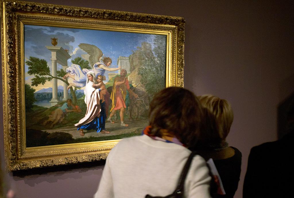 """POUR ILLUSTRER LE PAPIER: """"LYON: EXPOSITION EXCEPTIONNELLE AUTOUR DE """"LA FUITE EN EGYPTE"""" DE POUSSIN"""" - Des personnes admirent, le 13 février 2008 au musée des Beaux-Arts de Lyon, le tableau """"La fuite en Egypte"""" oeuvre emblématique du peintre de 17e siècle Nicolas Poussin, racheté par l'Etat en juillet dernier et qui sera exposé jusqu'au 19 mai 2008. AFP PHOTO / JEAN-PHILIPPE KSIAZEK (Photo by JEAN-PHILIPPE KSIAZEK / AFP)"""