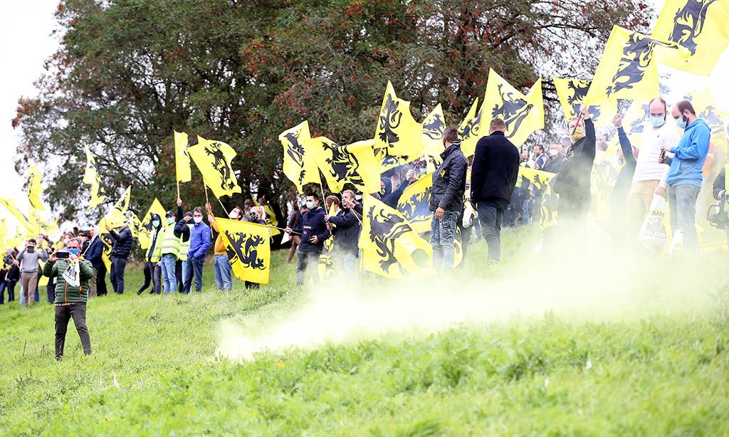 Belçika'da aşırı sağcı Vlaams Belang partisinin destekçileri, ülkenin birçok yerinden gelerek başkent Brüksel yakınındaki bir otoparkta toplandı. Aşırı sağcılar, devam eden hükümet kurma görüşmelerinde Flaman bölgesinin çoğunluğunun dışlandığı gerekçesiyle protesto gösterisi yaptı. Aşırı sağcı parti destekçileri, Flaman karşıtı bir hükümet kurulacağını iddia ediyor. Dursun Aydemir / Anadolu Agency