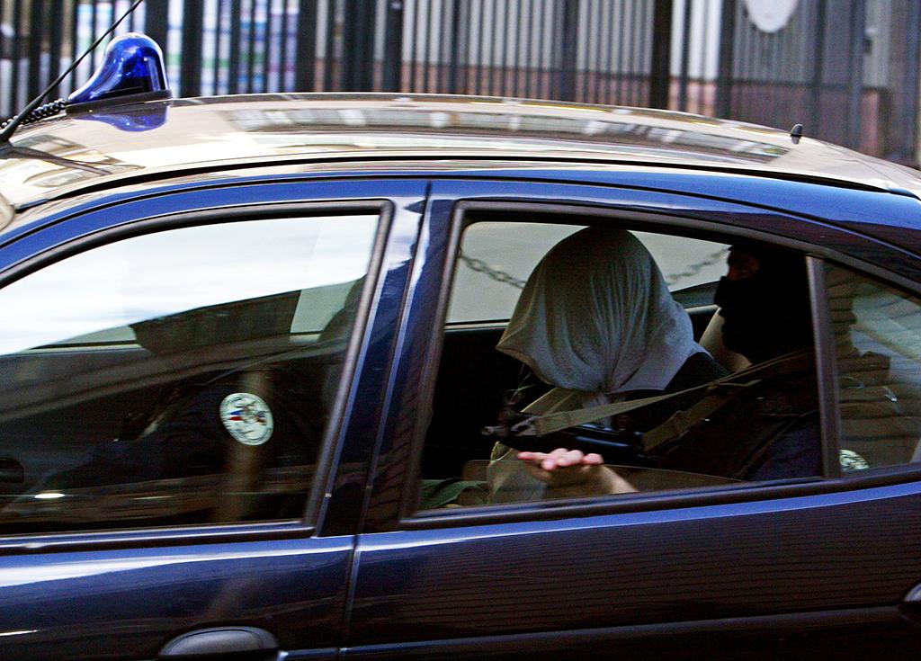 une des quinze personnes interpellÈes par la direction de la surveillance du territoire (DST) arrive, le 05 avril 2004 au siËge des services de contre-espionnage ‡ Paris, aprËs une opÈration visant des islamistes qui pourraient avoir un lien avec les attentats commis ‡ Casablanca en 2003. Les arrestations se sont effectuÈes tÙt dans la matinÈe ‡ Aulnay-sous-Bois (Seine-Saint-Denis) et ‡ Mantes-la-Jolie (Yvelines). One out of the 15 people arrested by French counter-espionage services (DST) is escorted to the DST headquarters in Paris 05 April 2004, following early-morning raids aimed at suspected radical Islamists believed to have been involved in bombings that killed 45 people in the Moroccan city of Casablanca last year, the interior ministry said. Nine men and six women were detained in the raids, carried out in the Paris suburbs of Aulnay-sous-Bois and Mantes-la-Jolie. (Photo by JACK GUEZ / AFP)